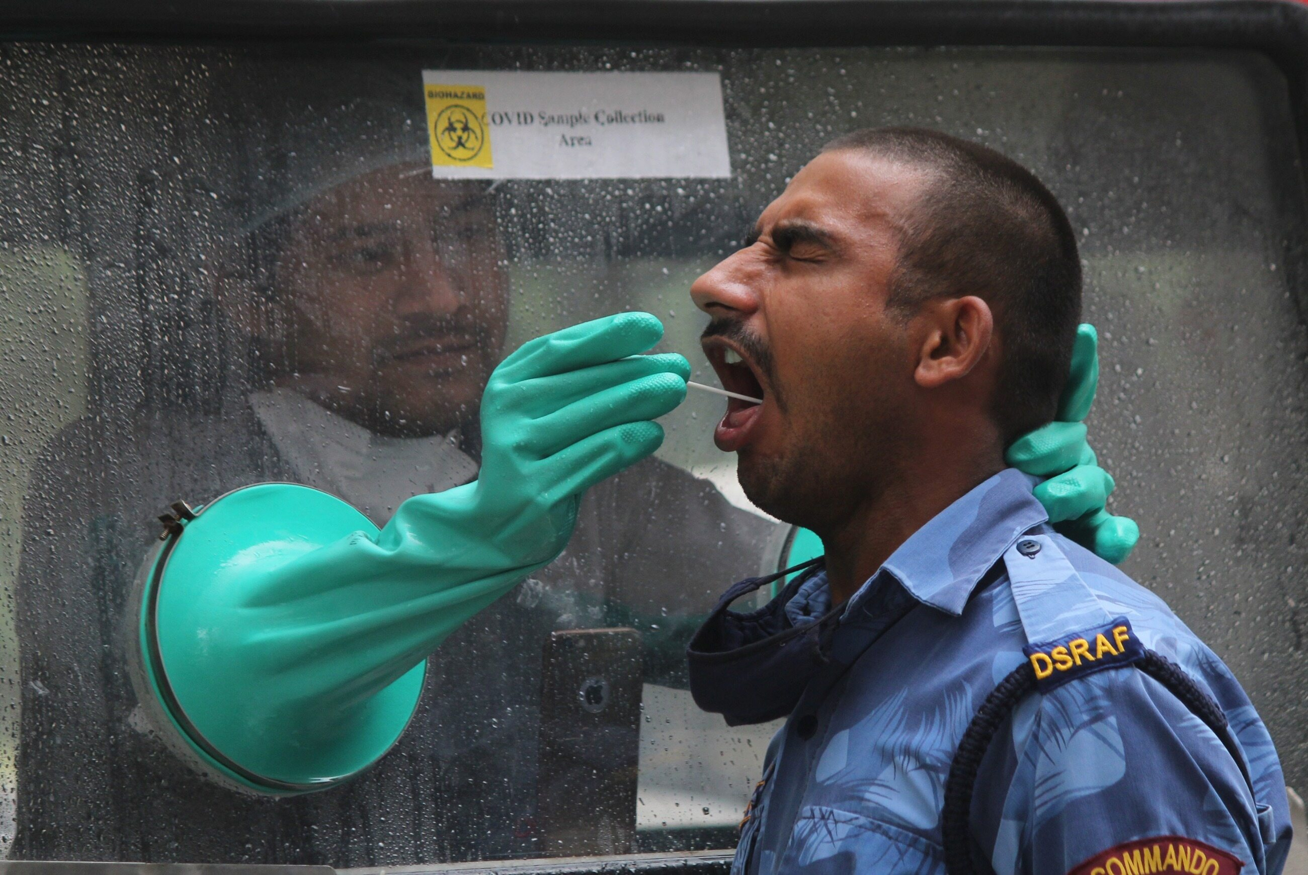 Pobieranie próbek od policjantów podczas ogólnokrajowej blokady związanej z pandemią, 10 maja, Gurugram, Indie