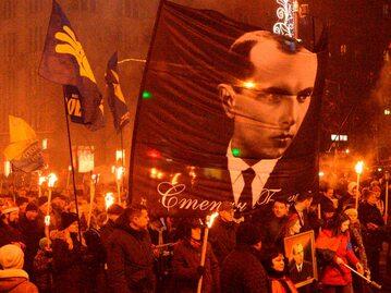 Podobizna Stepana Bandery niesiona przez uczestników marszu