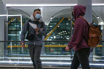Podobne maski to obecnie codzienny widok na azjatyckich lotniskach