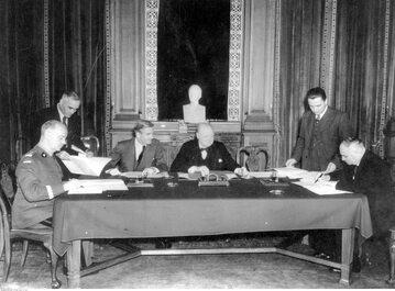 Podpisanie układu Sikorski-Majski w Londynie, 1941 r. Z lewej strony stołu siedzi premier RP gen. Władysław Sikorski, z prawej strony ambasador ZSRR Iwan Majski. Pomiędzy nimi premier Wlk. Brytanii Winston Churchill.