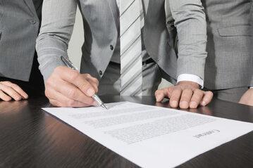 Podpisywanie umowy, zdjęcie ilustracyjne