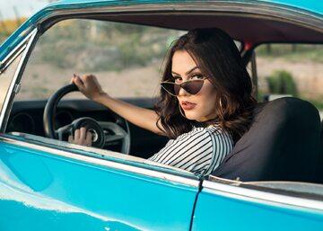 Podróż kobiety autem i słuchanie audiobooków na Storytel