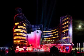 Podświetlona w nocy siedziba TVP