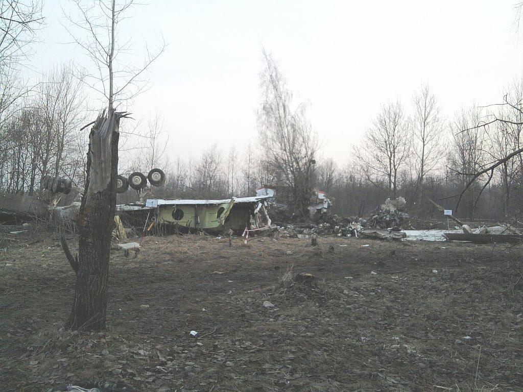 Podwozie Tu-154M na miejscu katastrofy (11 kwietnia 2010)