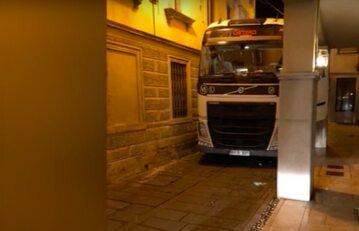 Polak zdemolował TIR-em włoskie miasteczko