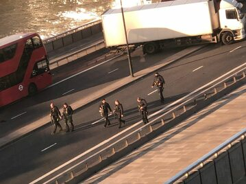 Policja na London Bridge po ataku.
