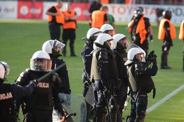 Policja na meczu piłki nożnej