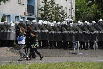 Policja ochraniająca komisariat po śmierci Igora Stachowiaka