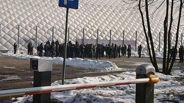 Policja otacza kibiców Ajaksu pod stadionem Legii