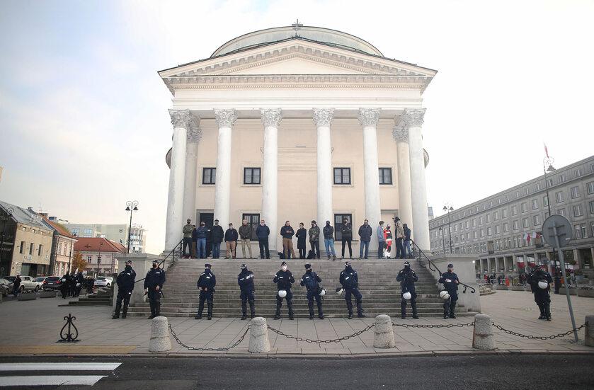 Policja pod kościołem na Plac Trzech Krzyży