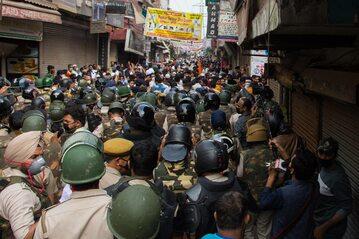 Policja w New Delhi usuwająca 24 marca protest niezwiązany z koronawirusem