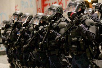 Policja wysyłana do tłumienia zamieszek w wielu regionach USA