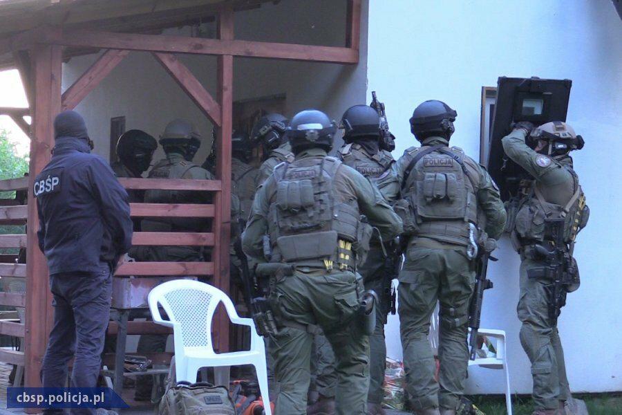 Policjanci i antyterroryści podczas akcji