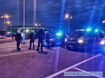 Policjanci przed wrocławskim stadionem