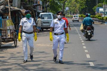 Policjanci w Indiach w dobie pandemii koronawirusa