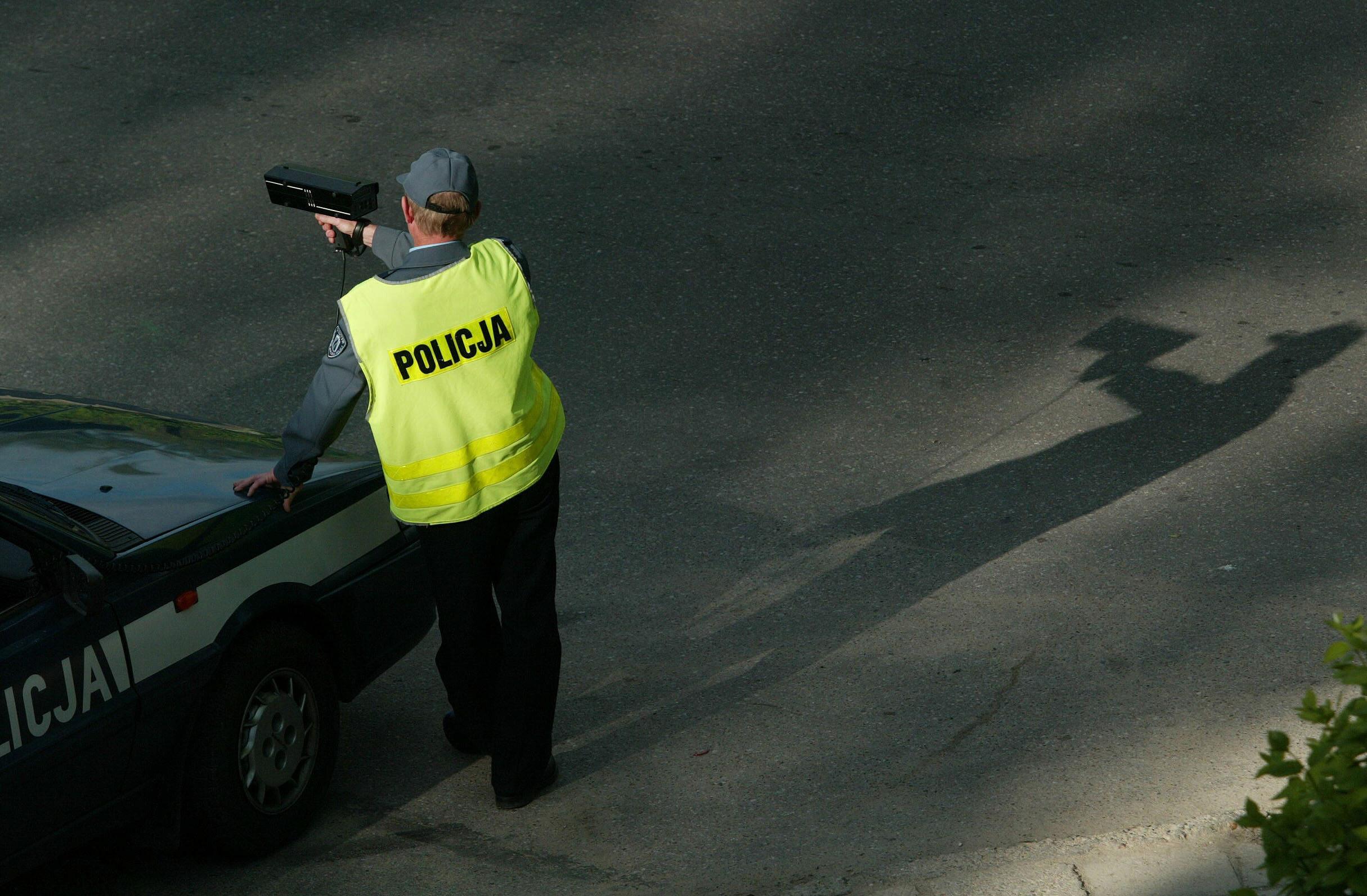 Policjant podczas kontroli prędkości