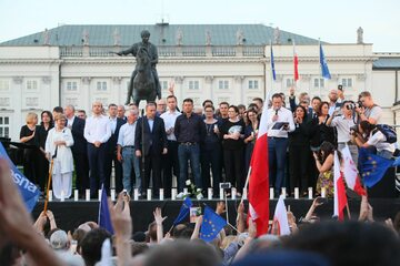 Politycy opozycji na scenie podczas protestu pod Pałacem Prezydenckim