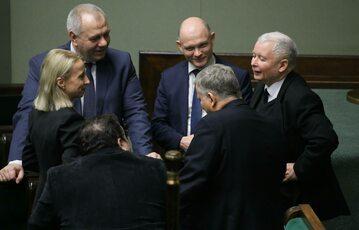 Politycy PiS w Sejmie, na zdjęciu m.in. prezes Jarosław Kaczyński i szef MAP Jacek Sasin