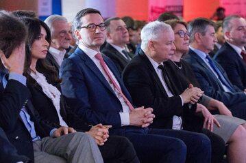 Politycy PiS, w środku Mateusz Morawiecki i Jarosław Kaczyński