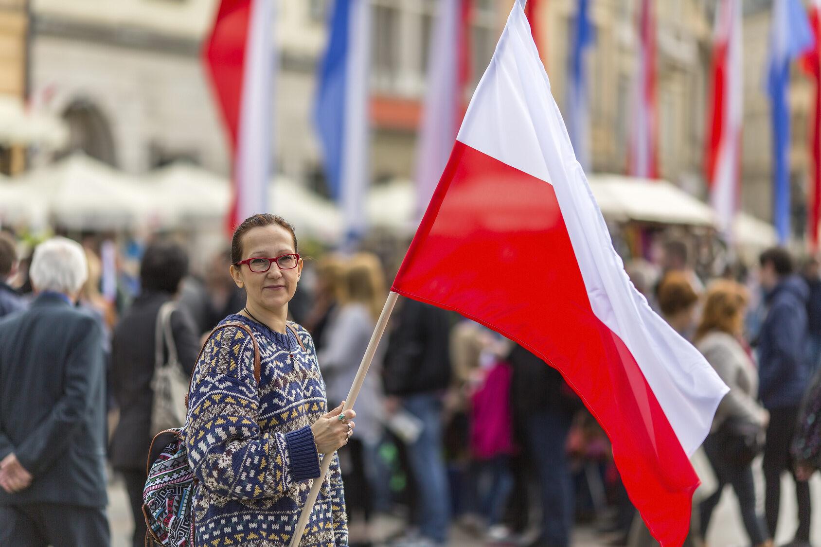 Polka trzymająca flagę