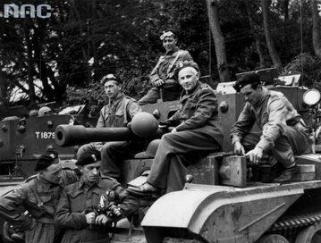 Polscy czołgiści w czasie ćwiczeń przed inwazją na kontynent