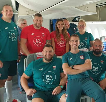 Polscy lekkoatleci na pokładzie samolotu do Tokio