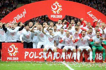 Polscy piłkarze świętujący awans na mundial