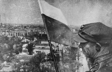 Polska flaga w Berlinie 2 maja 1945 roku na Kolumnie Zwycięstwa
