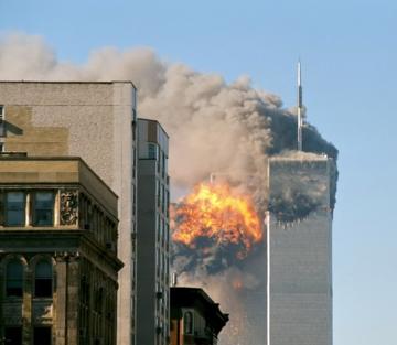 Południowa wieża World Trade Center w Nowym Jorku tuż po uderzeniu Boeinga 767