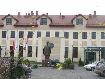 Pomnik Jana Pawła II przed wejściem do budynku WSKSiM