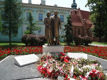Pomnik Lecha i Marii Kaczyńskich w Radomiu