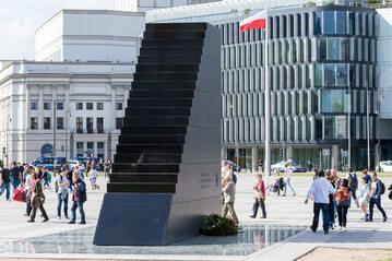 Pomnik ofiar katastrofy smoleńskiej na placu Piłsudskiego w Warszawie, zdj. ilustracyjne