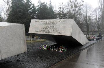 Pomnik ofiar katastrofy smoleńskiej na warszawskich Powązkach