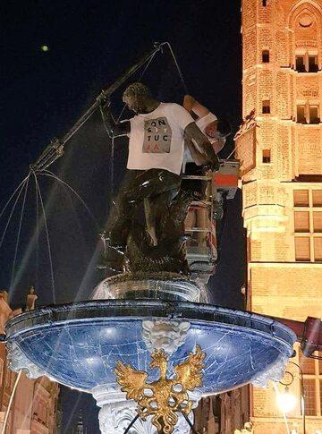 Posąg Neptuna w koszulce Konstytucja