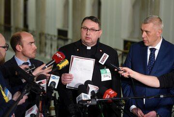 Poseł PO Borys Budka, ks. Tomasz Jegierski i mec. Roman Giertych