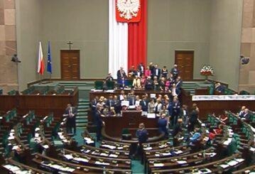 Poseł PO przegląda dokumenty Kaczyńskiego