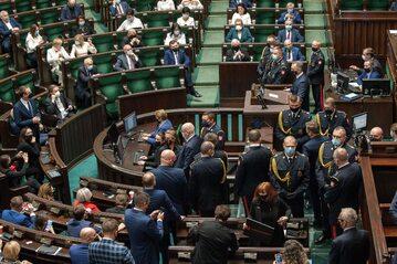 Posiedzenie Sejmu 27 października 2020 roku. Na zdjęciu posłowie oraz funkcjonariusze Straży Marszałkowskiej