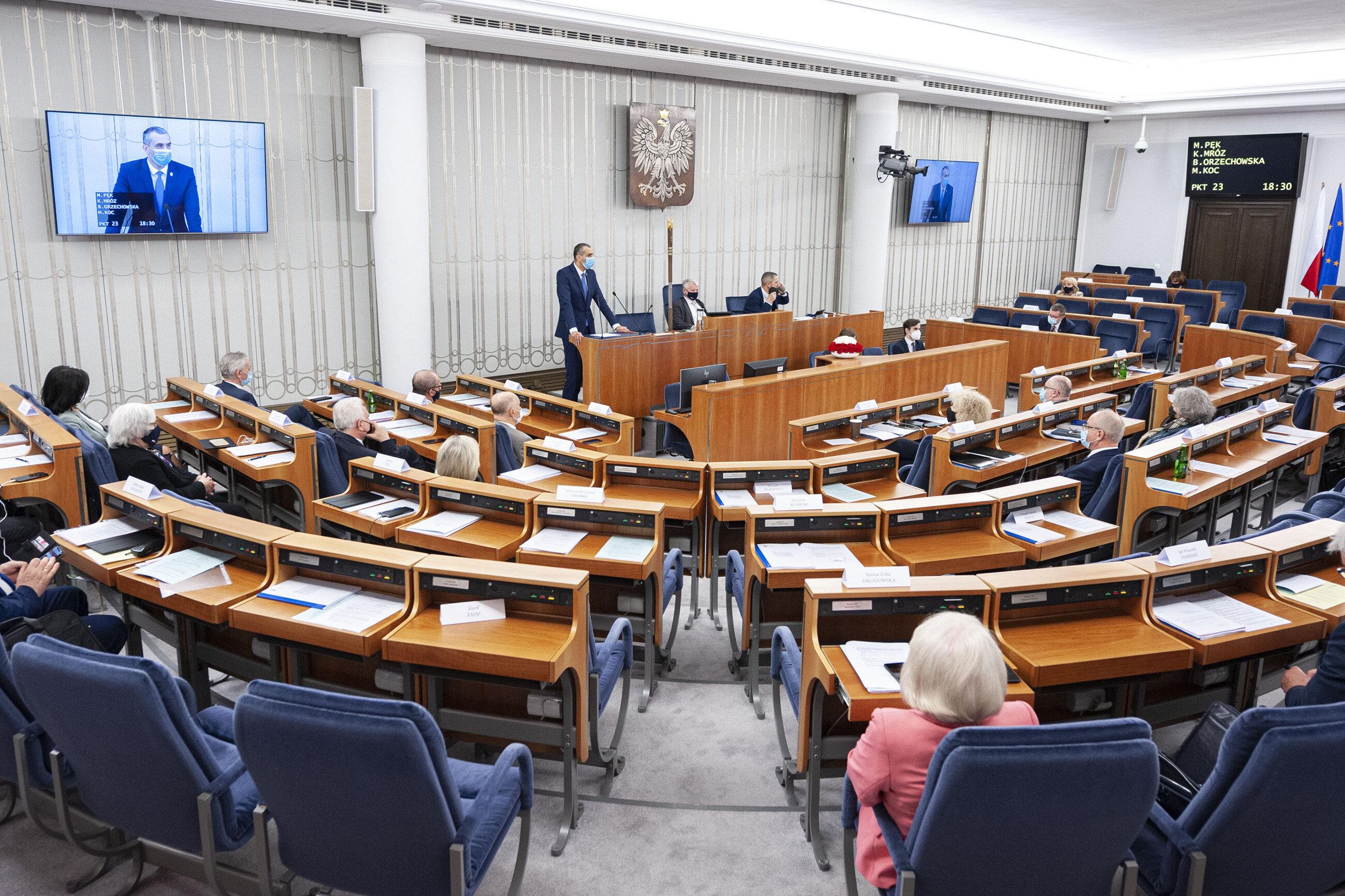 PiS wygrywa głosowanie w Senacie. Trzech senatorów opozycji głosowało z PiS, w tym jeden z KO