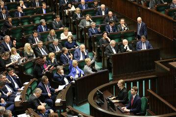 Posłowie podczas głosowania w Sejmie