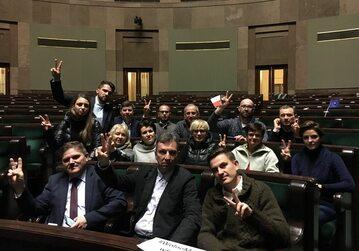 Posłowie protestujący w Sejmie