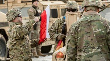 Powitanie amerykańskich żołnierzy w Polsce. Zmiana flagi