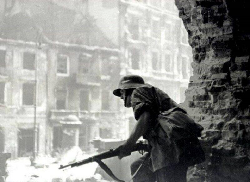 Powstańcza czujka w ruinach kościoła św. Krzyża przy Krakowskim Przedmieściu