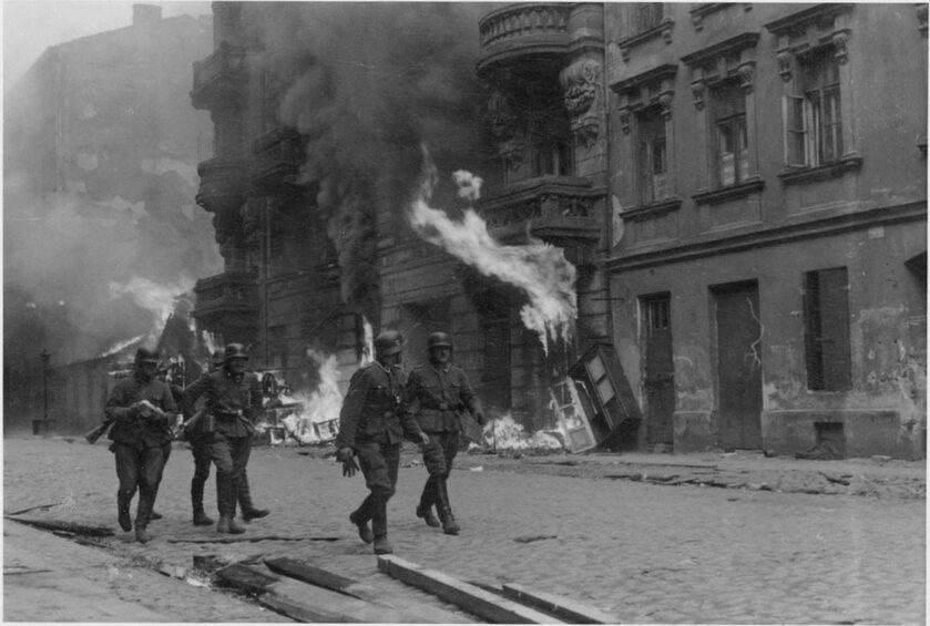 """Powstanie w getcie warszawskim - fotografia z niemieckiego raportu. Oryginalny podpis w raporcie: """"Grupa uderzeniowa"""""""