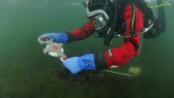 Praca podwodnych archeologów