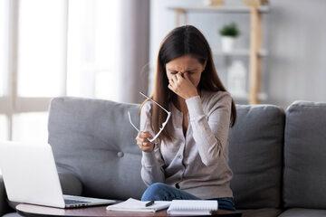 Praca przy komputerze, zdjęcie ilustracyjne