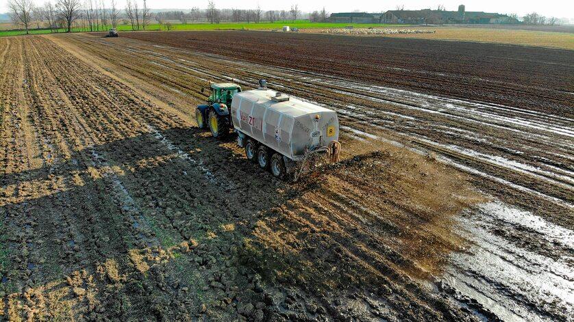 Prace na polu, zdjęcie ilustracyjne