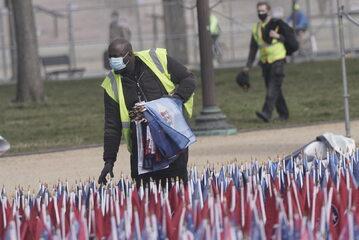 Pracownik zbierający flagi po inauguracji prezydenta Joe Bidena