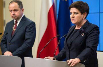Premier Beata Szydło i wiceminister Konrad Szymański podczas konferencji w Brukseli