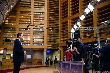 Premier Mateusz Morawiecki przed dziennikarzami w Brukseli