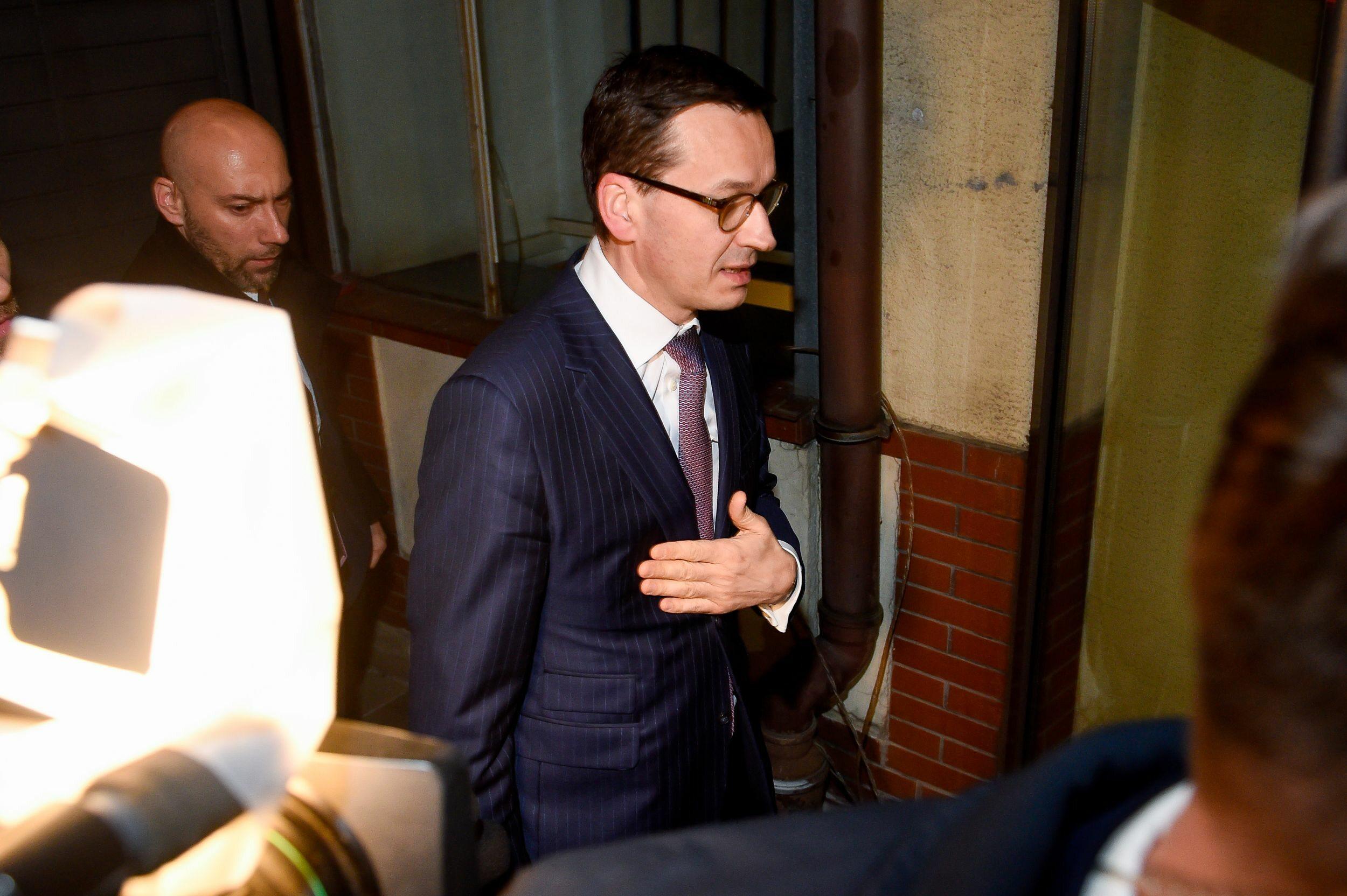 Premier Mateusz Morawiecki przed wejściem do siedziby PiS